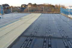 Bitumenabdichtungen einer Entwässerungsrinne auf dem Flachdach